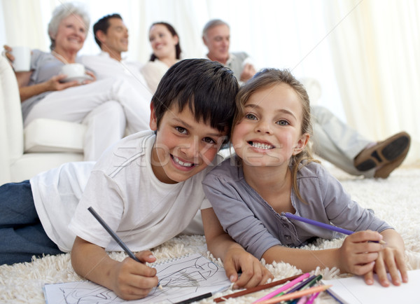 Gyerekek festmény padló család kanapé otthon Stock fotó © wavebreak_media