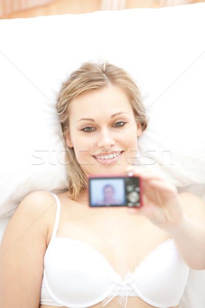 Aantrekkelijke vrouw foto vrouw bed foto Stockfoto © wavebreak_media