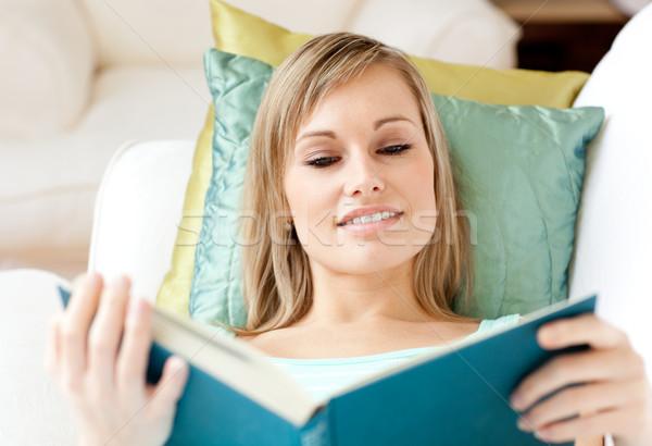 Mujer atractiva lectura libro sofá retrato estudiante Foto stock © wavebreak_media