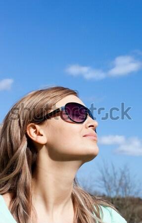 Jonge vrouw bril outdoor blauwe hemel vrouw Stockfoto © wavebreak_media
