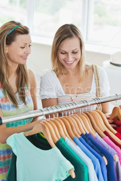 Kaukasisch vrouwen kiezen kleding samen winkel Stockfoto © wavebreak_media