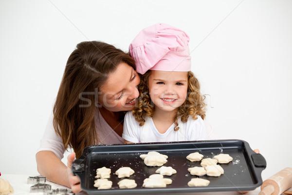 Gelukkig meisje moeder tonen plaat biscuits Stockfoto © wavebreak_media