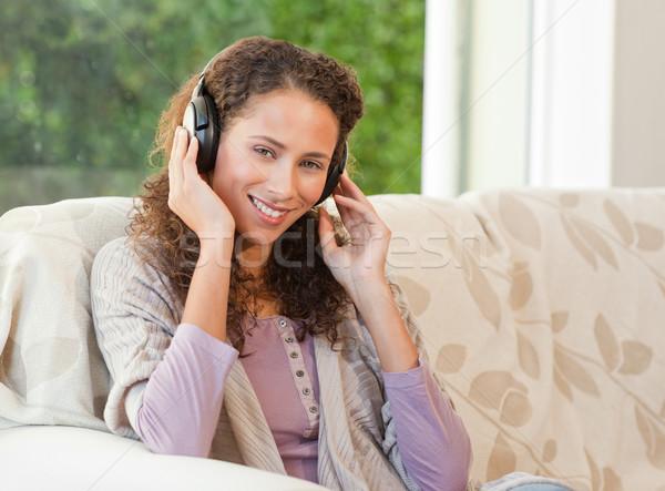Nő zenét hallgat zene mosoly boldog jókedv Stock fotó © wavebreak_media