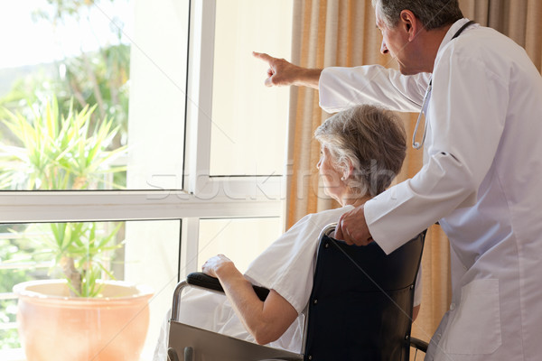 Arts patiënt naar uit venster medische Stockfoto © wavebreak_media