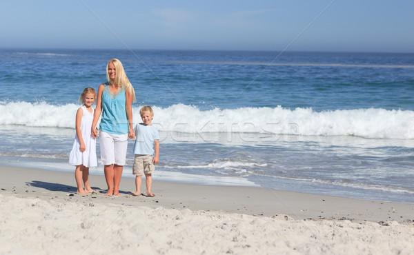 Zdjęcia stock: Radosny · rodziny · spaceru · plaży · niebo · dziewczyna