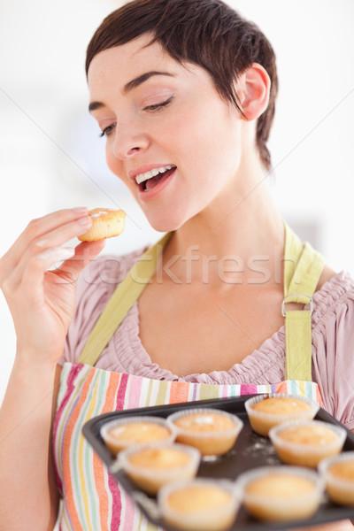 Glimlachend brunette vrouw tonen muffins eten Stockfoto © wavebreak_media