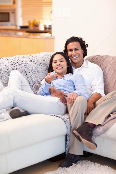 Szczęśliwy oglądanie telewizji wraz telewizji domu Zdjęcia stock © wavebreak_media