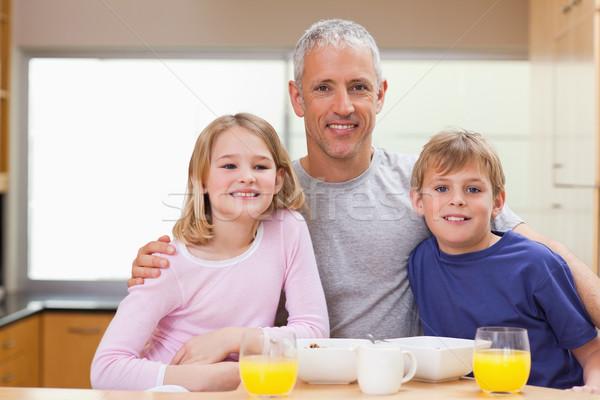 улыбаясь отец позируют детей утра кухне Сток-фото © wavebreak_media