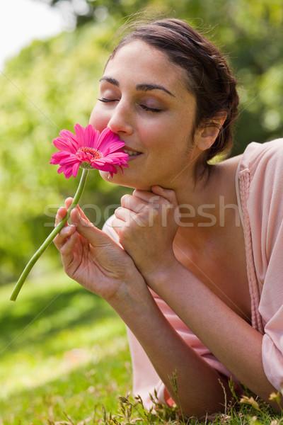 Vrouw roze bloem gras model Stockfoto © wavebreak_media