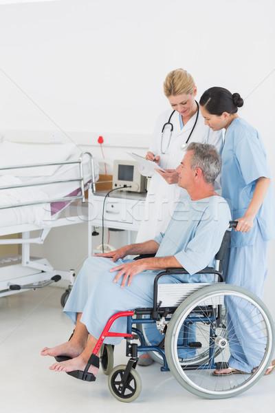 Arts praten patiënt rolstoel ziekenhuis zijaanzicht Stockfoto © wavebreak_media