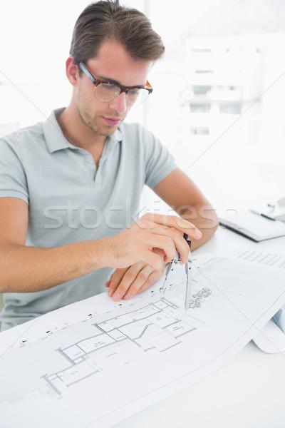 Stock fotó: Férfi · iránytű · terv · koncentrált · fiatalember · asztal
