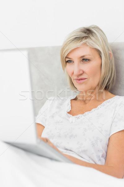используя ноутбук кровать довольно домой компьютер Сток-фото © wavebreak_media