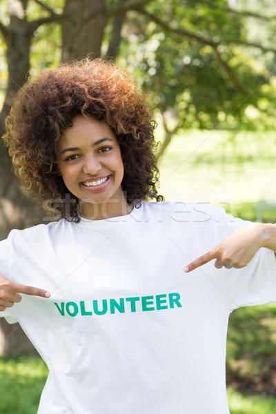 указывая футболки портрет парка счастливым Сток-фото © wavebreak_media