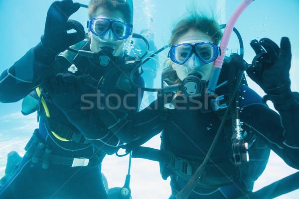 Amici scuba formazione piscina guardando Foto d'archivio © wavebreak_media