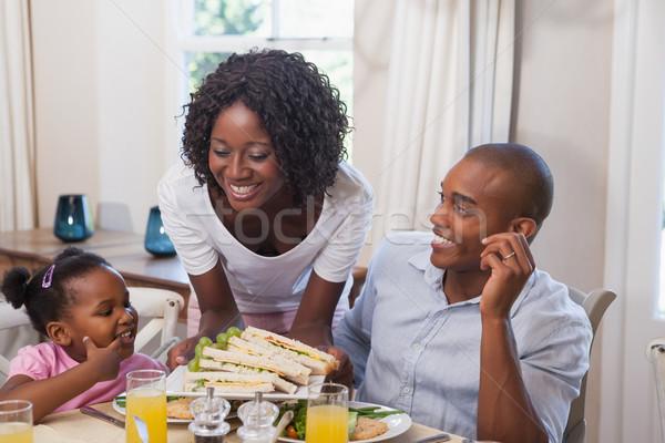 Mutter Servieren Sandwiches Familie Familie zu Hause Küche Stock foto © wavebreak_media