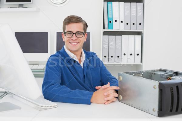 Sonriendo técnico sesión escritorio oficina ordenador Foto stock © wavebreak_media