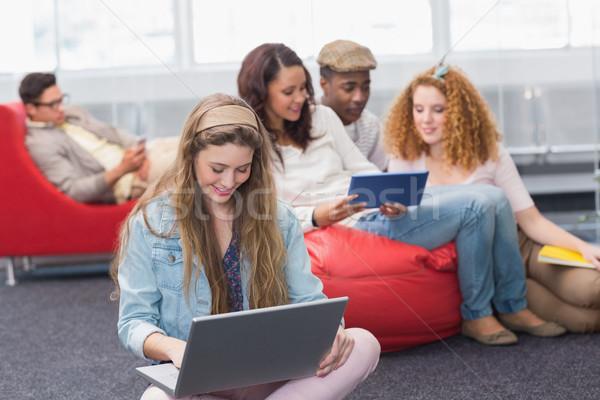 Moda estudante usando laptop faculdade computador menina Foto stock © wavebreak_media