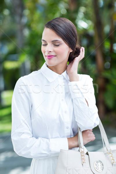 Boldog nő pózol kéz zsemle kívül Stock fotó © wavebreak_media