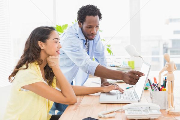 Jonge zakenman tonen zakenvrouw iets laptop Stockfoto © wavebreak_media