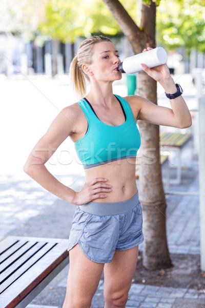 Piękna kobieta posiedzenia pitnej wody miasta Zdjęcia stock © wavebreak_media