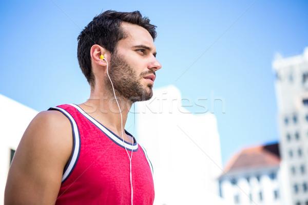 Komoly jóképű atléta zenét hallgat napos idő város Stock fotó © wavebreak_media