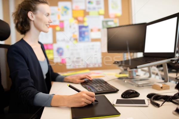 Sorridente gráfico estilista trabalhando escritório secretária Foto stock © wavebreak_media