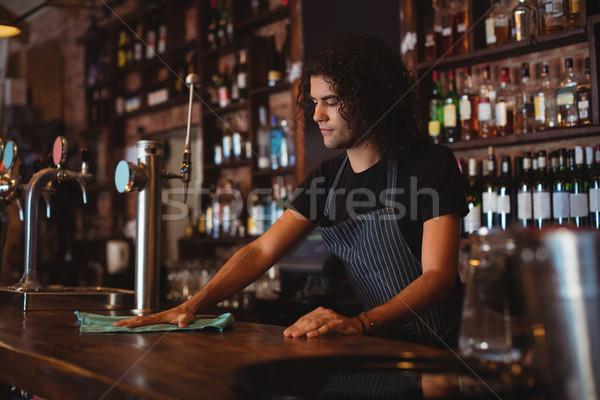 Fiatal pincér takarítás pult kocsma üzlet Stock fotó © wavebreak_media