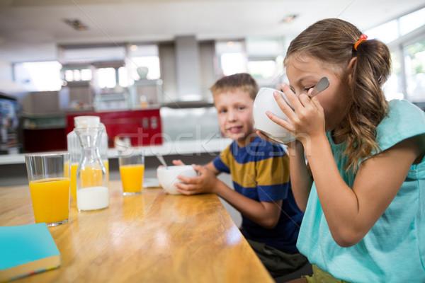 Broer ontbijtgranen keuken home glas drinken Stockfoto © wavebreak_media
