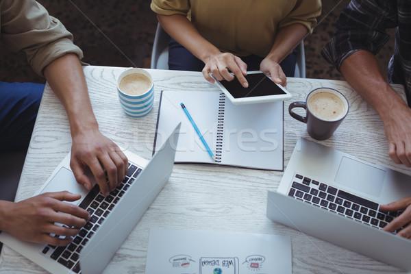 Foto stock: Criador · equipe · usando · laptop · digital · comprimido · planejamento
