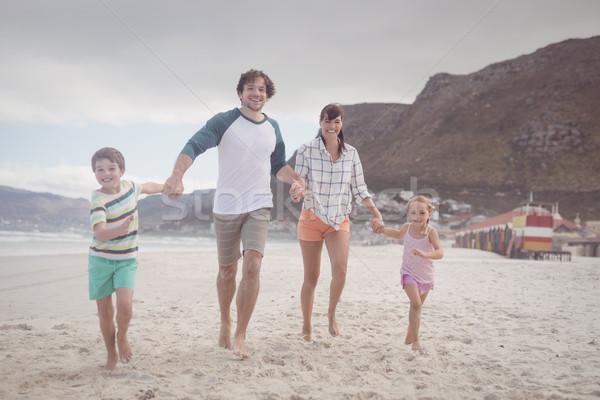 Portret familie holding handen zand strand lopen Stockfoto © wavebreak_media