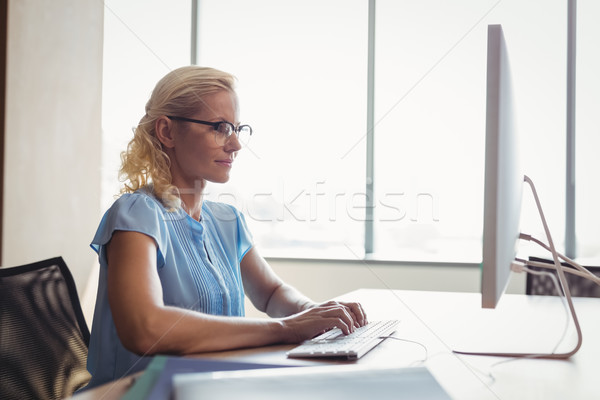 Attentif exécutif travail ordinateur personnel bureau bureau Photo stock © wavebreak_media