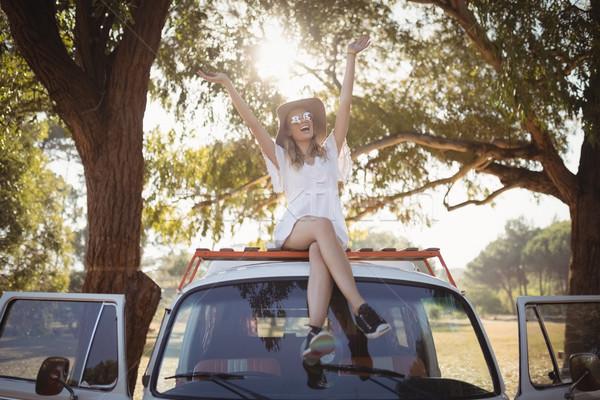 Boldog nő karok a magasban furgon fiatal nő ül Stock fotó © wavebreak_media