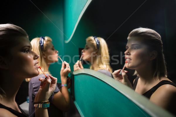 Duas mulheres gloss olhando espelho banheiro Foto stock © wavebreak_media