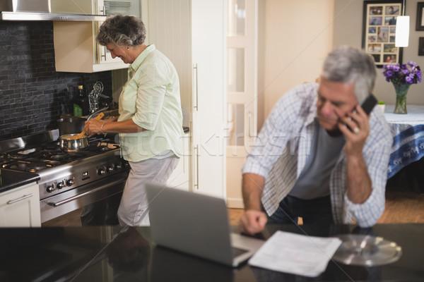 Altos hombre hablar teléfono esposa cocina Foto stock © wavebreak_media