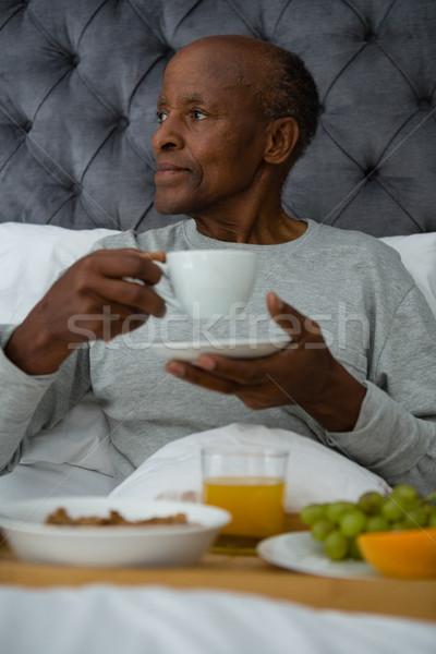 Zamyślony starszy człowiek śniadanie bed Zdjęcia stock © wavebreak_media