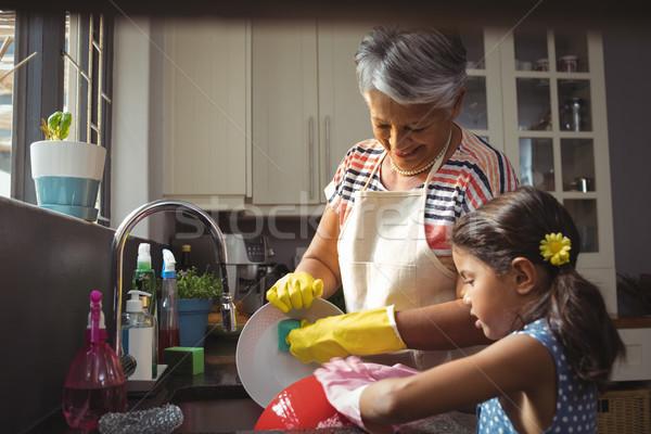 Nagymama leányunoka mosás eszköz mosogató otthon Stock fotó © wavebreak_media