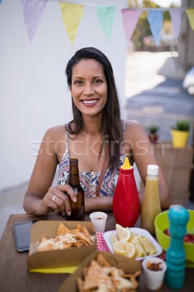 Portré gyönyörű nő tart sörösüveg harapnivalók büfé Stock fotó © wavebreak_media