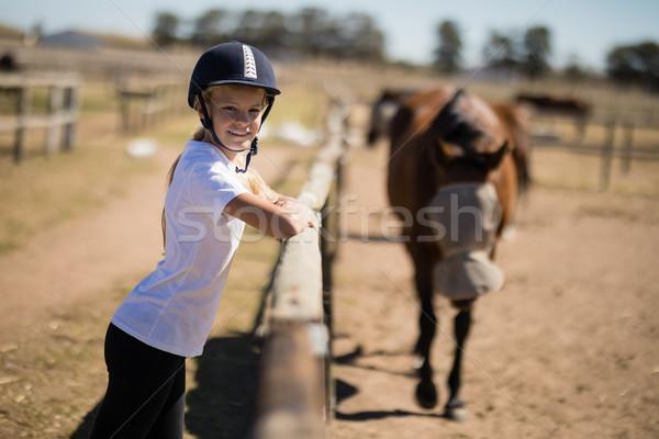 Nina cerca mirando caballos sonriendo Foto stock © wavebreak_media