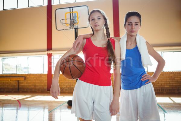 Portrait Homme basket joueurs permanent tribunal Photo stock © wavebreak_media