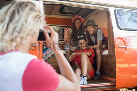 Mosolyog fiatal barátok lakókocsi furgon együtt Stock fotó © wavebreak_media
