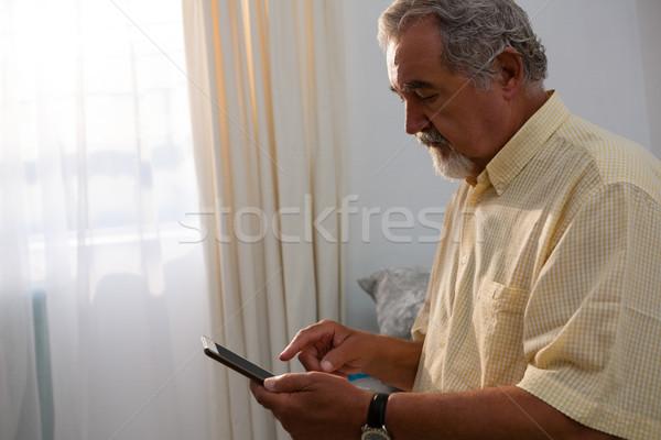 Starszy człowiek cyfrowe tabletka dom starców relaks Zdjęcia stock © wavebreak_media