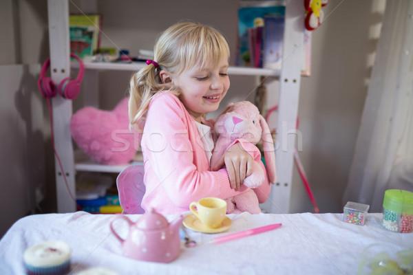 Sonriendo nina jugando osito de peluche juguete cocina Foto stock © wavebreak_media