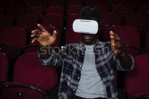Homem virtual realidade fone assistindo filme Foto stock © wavebreak_media