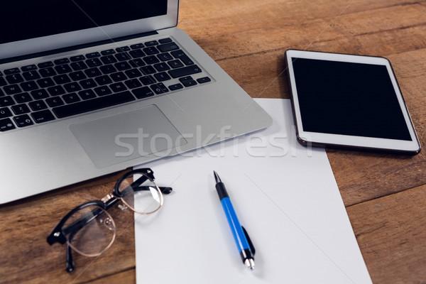 Primer plano digital tableta portátil papel pluma Foto stock © wavebreak_media