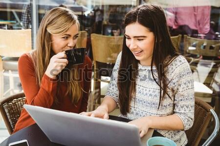 Camarero bloc de notas pie sonriendo jóvenes Foto stock © wavebreak_media