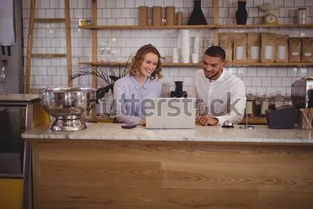 Sorridere giovane donna stringe la mano coffee shop piedi Foto d'archivio © wavebreak_media