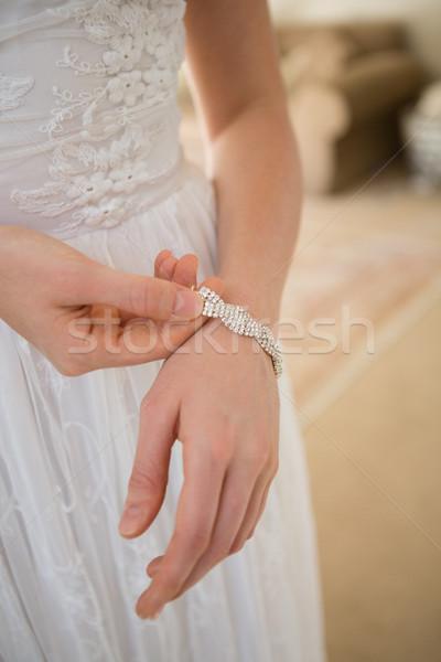 Mariée bracelet permanent maison Photo stock © wavebreak_media