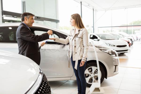 Eladó felajánlás slusszkulcs vásárlók új autó bemutatóterem Stock fotó © wavebreak_media