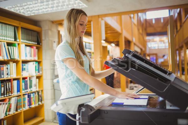 Mosolyog szőke nő diák készít másolat könyvtár Stock fotó © wavebreak_media