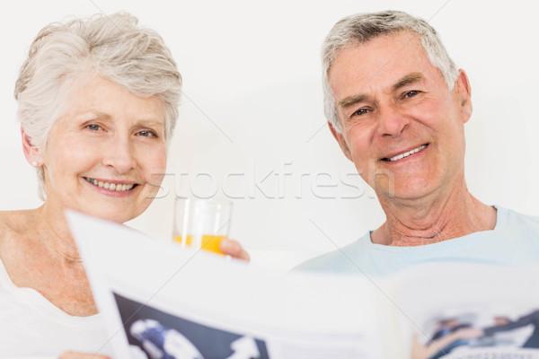 Pareja de ancianos lectura periódico cama hombre feliz Foto stock © wavebreak_media